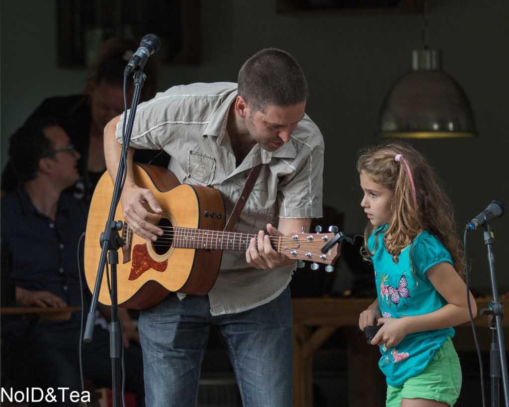 A Mystere, met zijn dochter/achtergrondzangeres/percussioniste en ikzelf op de achtergrond bij het mengpaneel